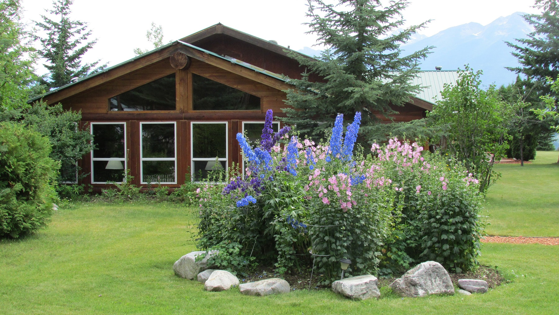 Rustic log cabin in Golden BC
